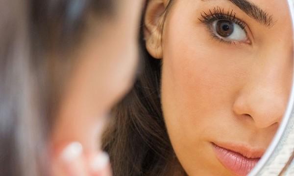 mulher-olha-rosto-espelho-pele-23157-e1334686634641